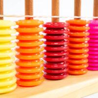 Ábaco vertical de colores variados